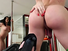 Bootylicious tranny chick pole dancing