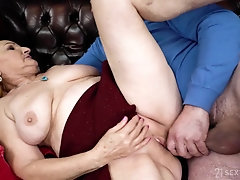 Dirty granny with big saggy tits gets fucked in her cunt