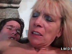 Mature cougar se tape un jeune dans La Maison du Sexe