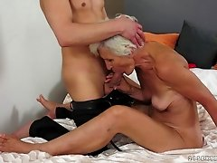 Granny is a naughty whore and gives up her asshole