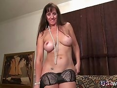 Horny old mature lady showing off experienced adult toys usage