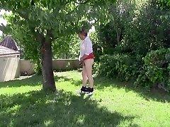 Diana fait la coquine dans son jardin